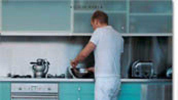 Un uomo in cucina