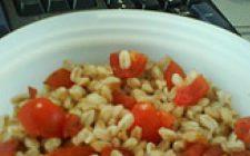 Insalata di farro con la Feta, pomodori e la menta