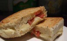 Ricetta stuzzichini: sandwich con pomodorini, tonno e mozzarella