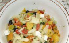 Ricetta estiva: insalata con feta e sottaceti