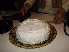 Torta con panna, gelato e amarene