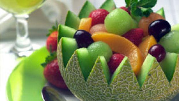 Ricetta estiva della macedonia con melone, pesche, ciliegie, banane e ananas