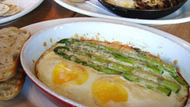Piatti unici: uova in camicia e asparagi alla senape