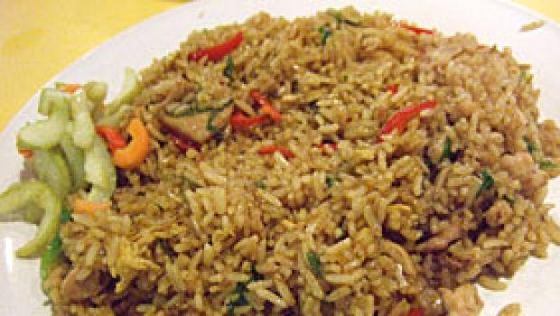 Ricetta indonesiana del Nasi Goreng (riso fritto) con il pollo