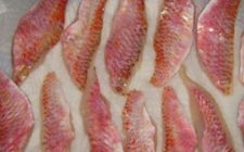 Ricette di pesce: filetti di triglia con capperi e olive