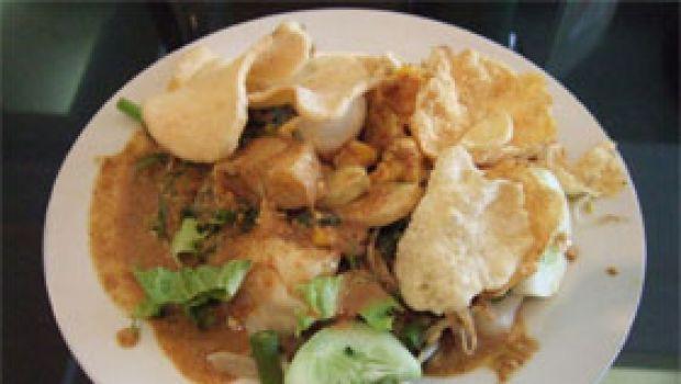 Ricetta dell'insalata indonesiana con salsa di arachidi o gado-gado