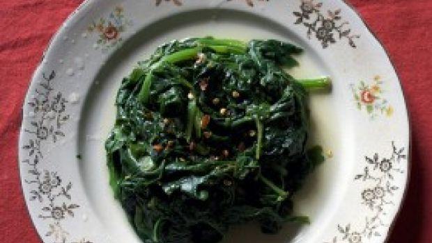 Contorni sfiziosi e semplici: Spinaci con uvetta e pinoli.
