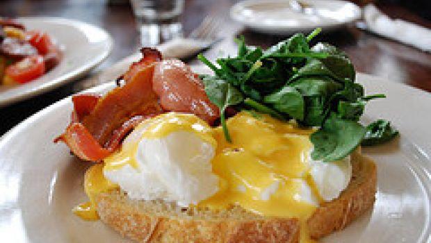 Ricette facili: bruschette con uova strapazzate