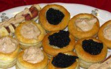 Ricette di Natale: tartellette con caviale e panna acida.