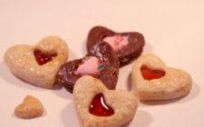 Ricetta dolce di San Valentino: biscotti con cuore di marmellata