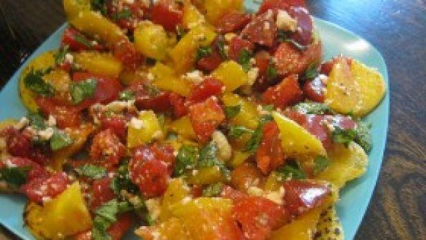 Ricette Tricolore: le bruschette di polenta verde con grana e pomodorini