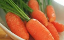 Ricette antipasti: tartine di carote con crema di ricotta all'erba cipollina
