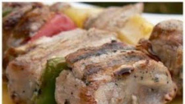 Ricette barbecue: spiedini di maiale, con champignon, pomodorini e peperoni
