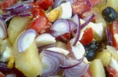 Insalata con patate uova pomodori e olive