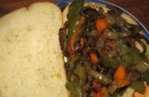 Finger food: bruschette con peperonata e olive
