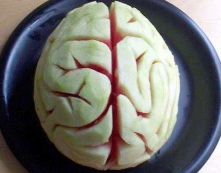 Idee per Halloween: l'anguria a forma di cervello