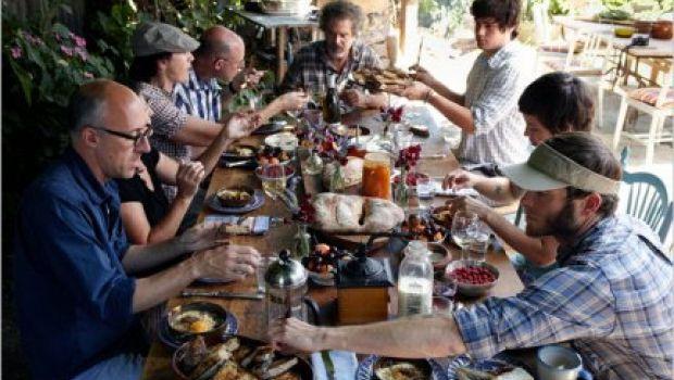 Socializzare cucinando, tutti assieme intorno al forno comune per un intero weekend