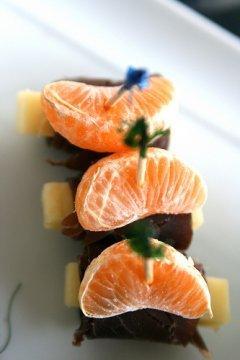 Mini spiedini di prosciutto, formaggio e mandarino per Capodanno