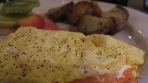 Con gli avanzi delle Feste: omelette ricca al salmone