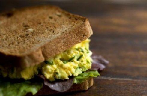 Un panino al giorno: sandwich all'uovo con lattuga