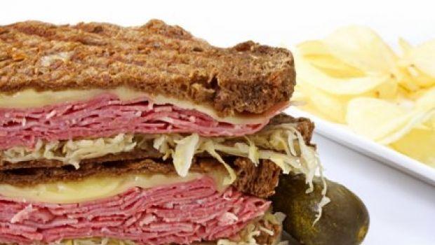 Un panino al giorno: il reuben sandwich, con manzo affumicato e formaggio