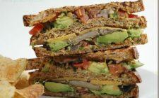Un panino al giorno: Sandwich di pane ai cereali con avocado grigliato e funghi champignon