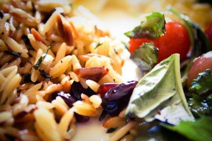 Insalata di riso integrale, tonno ed olive