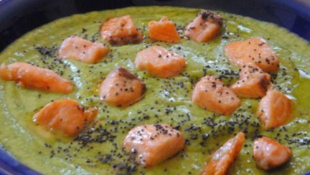 Ricette estive: vellutata fredda di zucchine con salmone