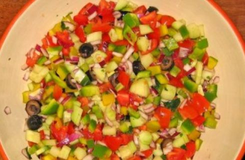 Ricette estive: insalata di cetrioli con pomodorini e menta