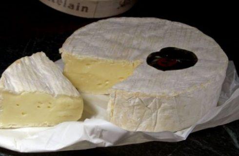 Ricetta del formaggio camembert al forno con mandorle e olio al rosmarino