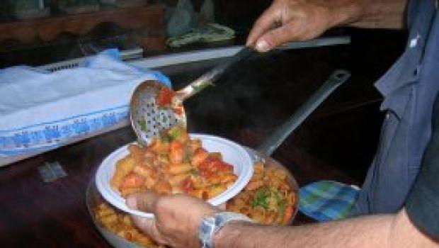 Ricette facili di pesce: pasta con sugo di calamari, gamberoni e cozze