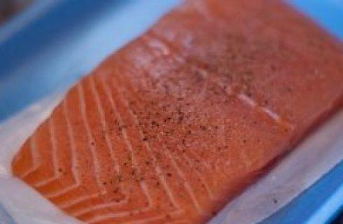 Ricette per la vigilia di Natale: fette di salmone in crema con erba cipollina e contorno di patate