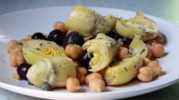 Ricette Pasqua, l'insalata di carciofi, olive nere e ceci