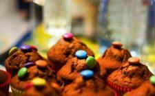 Ricette per i bambini, i muffin al cioccolato con mou e smarties