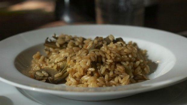 Ricette primaverili, il risotto con carciofi e pancetta