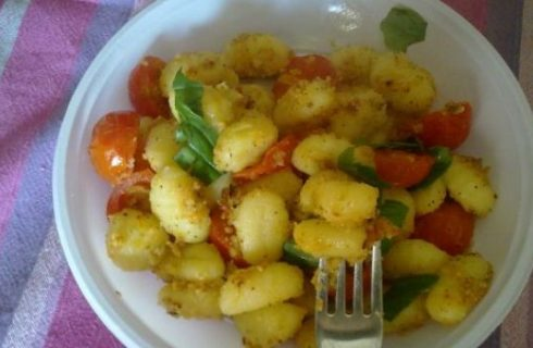 Ricette primi: gnocchi con pomodorini gratinati e basilico