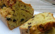 Torte salate, il cake rustico con olive nere e nocciole