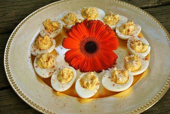 Uova sode ripiene con tonno alla paprika, un antipasto veloce