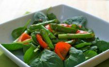 L'insalata di asparagi verdi, spinaci e pomodorini con pesto