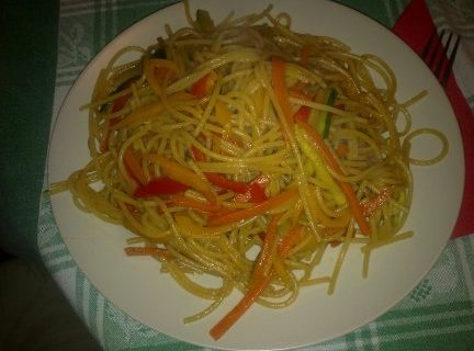 Ricette di primavera: spaghetti integrali con verdure e salsa di soia