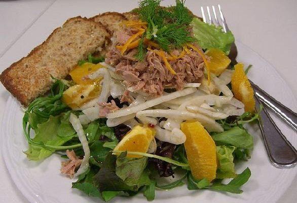 L'insalata mista di arance e finocchi con tonno sott'olio