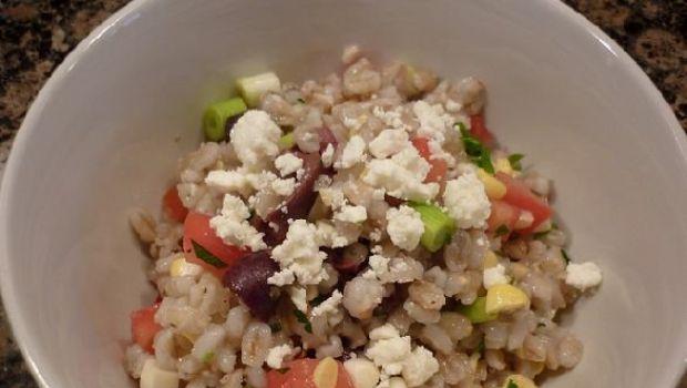 Piatti freddi veloci e facili: l'insalata fredda di orzo con mais, pomodorini e feta