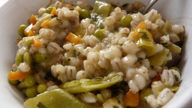 Orzo perlato con fagiolini, carote e piselli: una ricetta vegetariana