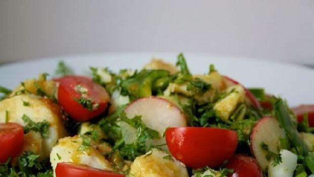 Insalata di patate e erbe miste con pomodori e ravanelli