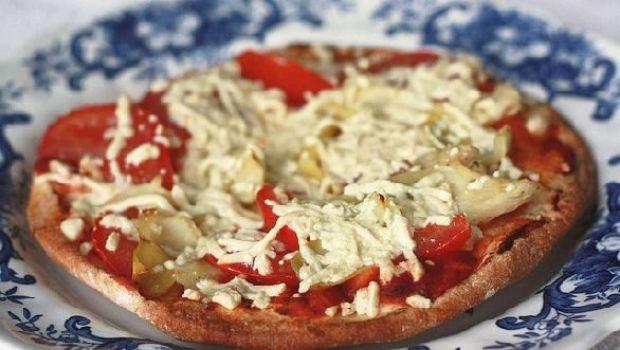 La bruschetta al pomodoro e mozzarella con cuori di carciofo