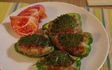 I peperoni ripieni al forno con prosciutto cotto