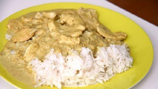 Il pollo al latte di cocco e curry con riso basmati di Cotto e Mangiato