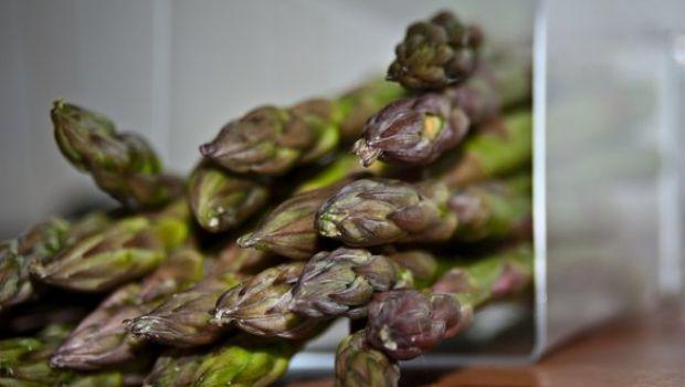 Ricetta veloce degli asparagi con salsa allo yogurt, aneto e limone