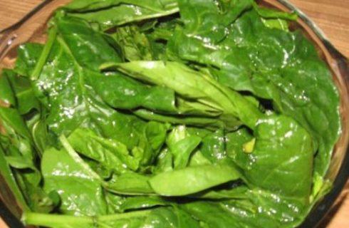 Ricette antipasti: spinaci all'aglio con pinoli