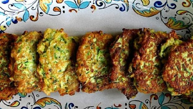 Le frittelle di zucchine e mozzarella, una ricetta semplice e veloce con le verdure